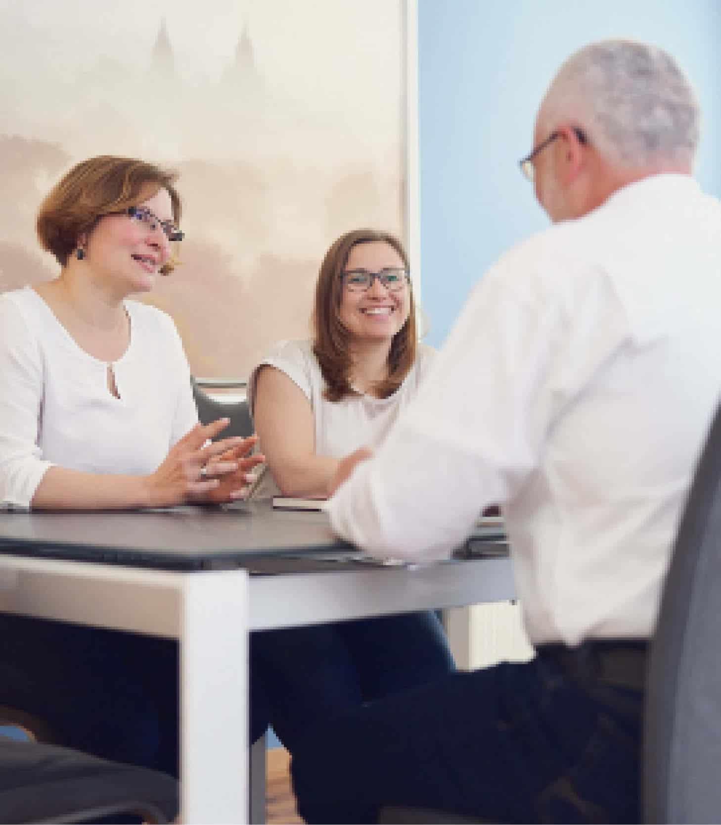 Geschäftsführerinnen bei der Immobilienfinanzierungs-Beratung